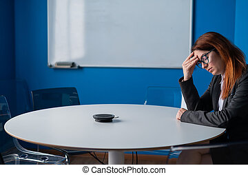 affär, room., efter, konferens, trött, work., passa, avtalsförhandling, kontor, problem, partnern, misslyckad, glasögon, tom, kolleger, boardroom., kvinna, anställd, huvudvärk