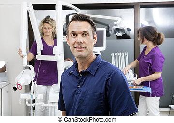 arbete, tandläkare, klinik, medan, kvinnlig, medhjälpare, le