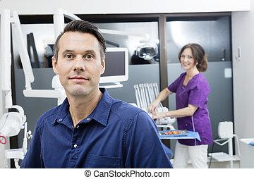 assistent, tandläkare, tillitsfull, klinik, kvinnlig, le