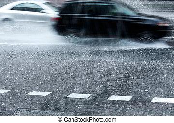 bilar, strömmande, regna, suddig