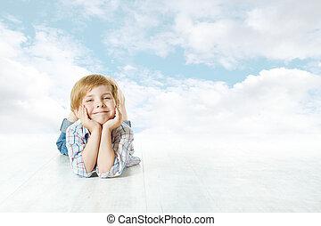 blå, skyn, sky, tittande, kamera., barn, liten, le, lögnaktig, unge