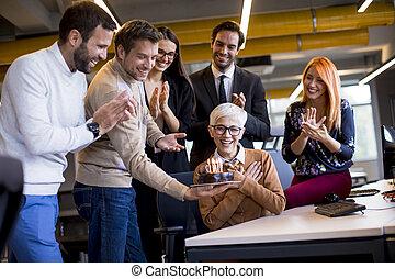 colleague's, födelsedag, kontor, äldre, fira, ung, kolleger, bringa, tårta