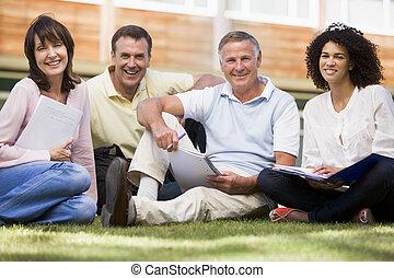 deltagare, gräsmatta, anteckningsböcker, skola, vuxen