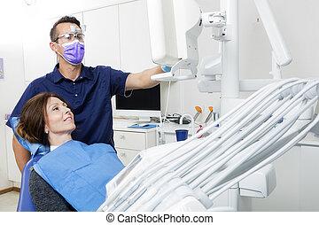 förklarande, tålmodig, tandläkare, xray, klinik, kvinnlig, manlig