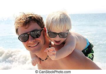 fader, baksida, ocean, bärande, nasse, barn, strand, lycklig