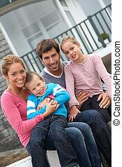 familj, folk sitta, 4, färsk, främre del, hem, lycklig