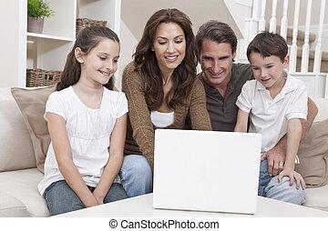 familj, soffa, laptopdator, hem, användande, lycklig