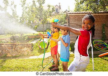 flickor, strid, gevär, mitt, vatten, pojkar