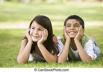 focus), parkera, ung, två, utomhus, (selective, le, barn, lögnaktig
