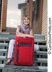 främre del, hem, kvinna, lycklig, bagage