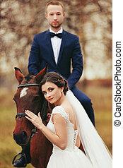 häst, står, bak, brudgum, baksida, brud, medan, sitt, dens