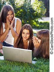 ha, lycklig, ung, nöje, flickor, student, användande laptop