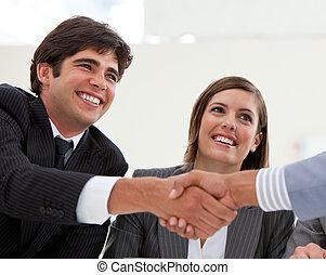 hans, furu, stängning, kollega, partner, le, affärsman, möte