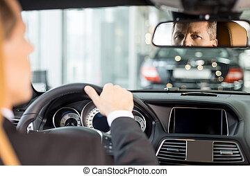 hans, sittande, bil, chauffören, synhåll, formalwear, se, tillitsfull, bil., spegel, plats, senior, känsla, färsk, baksida, man