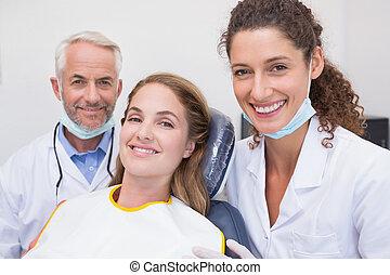 hans, tandläkare, le, kamera, assistent, tålmodig, alla