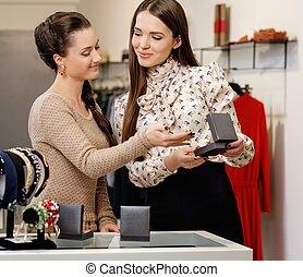 hjälp, välja, assistent, kvinna, smycken, ung, butik