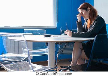 huvudvärk, kontor, affärsverksamhet arbetskamrater, boardroom., problem, kvinna, avtalsförhandling, room., partnern, anställd, misslyckad, konferens, trött, work., efter, tom, glasögon, passa