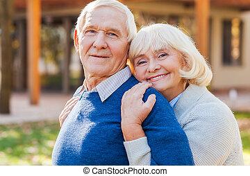 känsla, par, deras, hus, lycklig, kassaskåp, bonding, varandra, him., stående, utomhus, senior, le, främre del, medan
