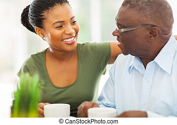 kaffe, hans, äldre, granddaughteer, amerikan, afrikansk, hem, le, avnjut, man