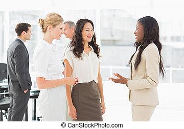 konferens, affärskvinnor, tillsammans, talande, rum