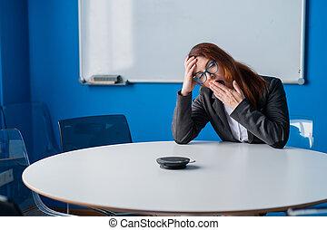 kontor, trött, tom, affär, boardroom., start, room., kvinna, gäspningar, glasögon, rödhårigt, vänta, uttråkad, presentation, passa, kontorist, konferens