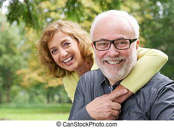 kvinna, äldre, omfamna, leende herre, lycklig