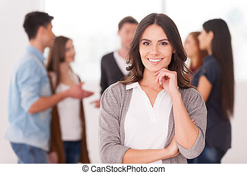 kvinna, grupp, holdingen, meddela, folk, ung, hand, tillitsfull, medan, haka, hon, bakgrund, lag, leader., le