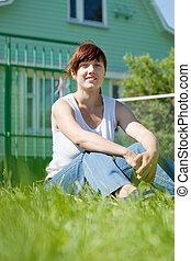 kvinna, lycklig, gräsmatta, front hemma