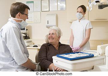 kvinna, rum, assistent, tandläkare stol, le, examen