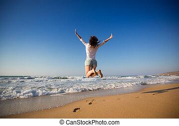 kvinna, strand, hoppning, lycklig