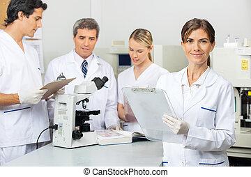 laboratorium, forskare, skrivplatta, kvinnlig, holdingen