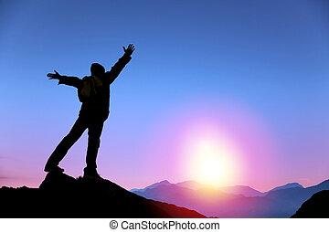 man, soluppgång, fjäll, åskåda stå, topp, ung