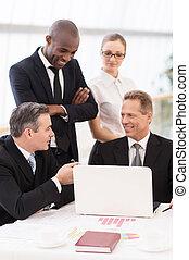 meddela, meeting., folk, mogna, affär, sittande, dem, man, nära, lag, två, glad, bord, en annan, stående, formalwear, medan