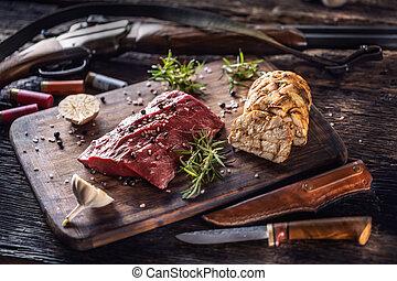 näringsämne, steket, accesories, älgstek, lik, hjort, matlagning, rustik, rå, trä, vitlök, huntig, ammunition, gevär, rosmarin, skott, förberedd, skrivbord, bearbeta, rik