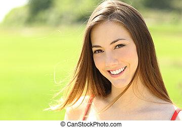 perfekt, kvinna tittande, tänder, le, dig