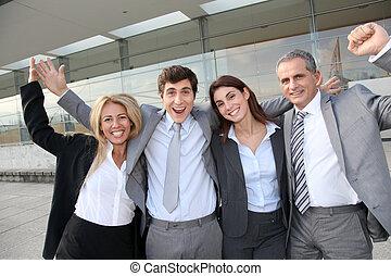 stående, grupp, affärsfolk, utanför, lycklig