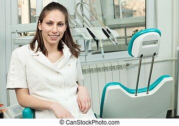 stående, kvinna, lycklig, tandläkare