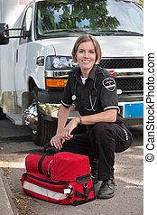stående, lycklig, person med paramedicinsk utbildning