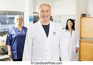 stående, medicinsk, medan, klinik, lag, professionell, le