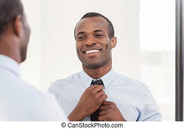 stående, om, hans, slips, look., justera, afrikansk, ung, mot, tillitsfull, medan, spegel, man