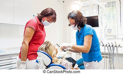 tålmodig, assistent, tandläkare, talande, klinik, kvinnlig, stående