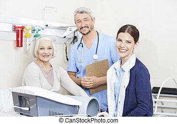 tålmodig, physiotherapists, rehab, klinik, kvinnlig, le