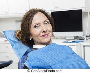 tålmodig, sittande, tandläkare, klinik, kvinnlig, le