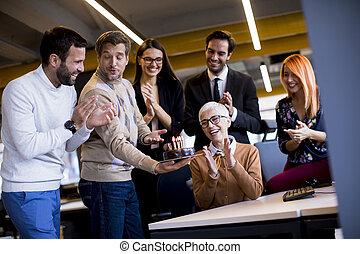 tårta, fira, colleague's, bringa, kontor, äldre, ung, födelsedag, kolleger
