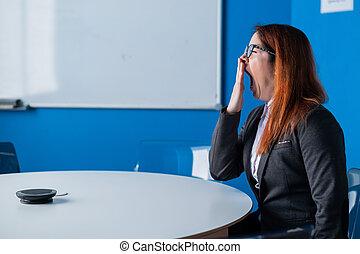 trött, affär, rödhårigt, kontor, tom, boardroom., start, presentation, kvinna, room., vänta, konferens, passa, kontorist, gäspningar, glasögon, uttråkad