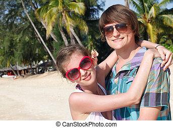 tropisk, par, lycklig, strand, omfamna
