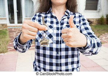 uppe., kvinna, keychain, bakgrund, hus, visande, uppe, nyckel, form, tummar, holdingen, hem, nära, färsk