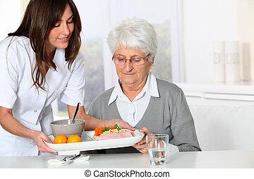 vacker kvinna, gammal, sjukvård, bricka, hem, sköta, komma med, måltiden