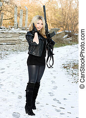 vacker kvinna, ung, gevär