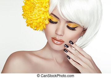 vacker, perfekt, kvinna, kvinnlig, henne, skönhet, face., smink, bakgrund, isolerat, gul, manikyrera, flowers., rörande, frisk, blond, kurort, skin., stående, vit, nails.